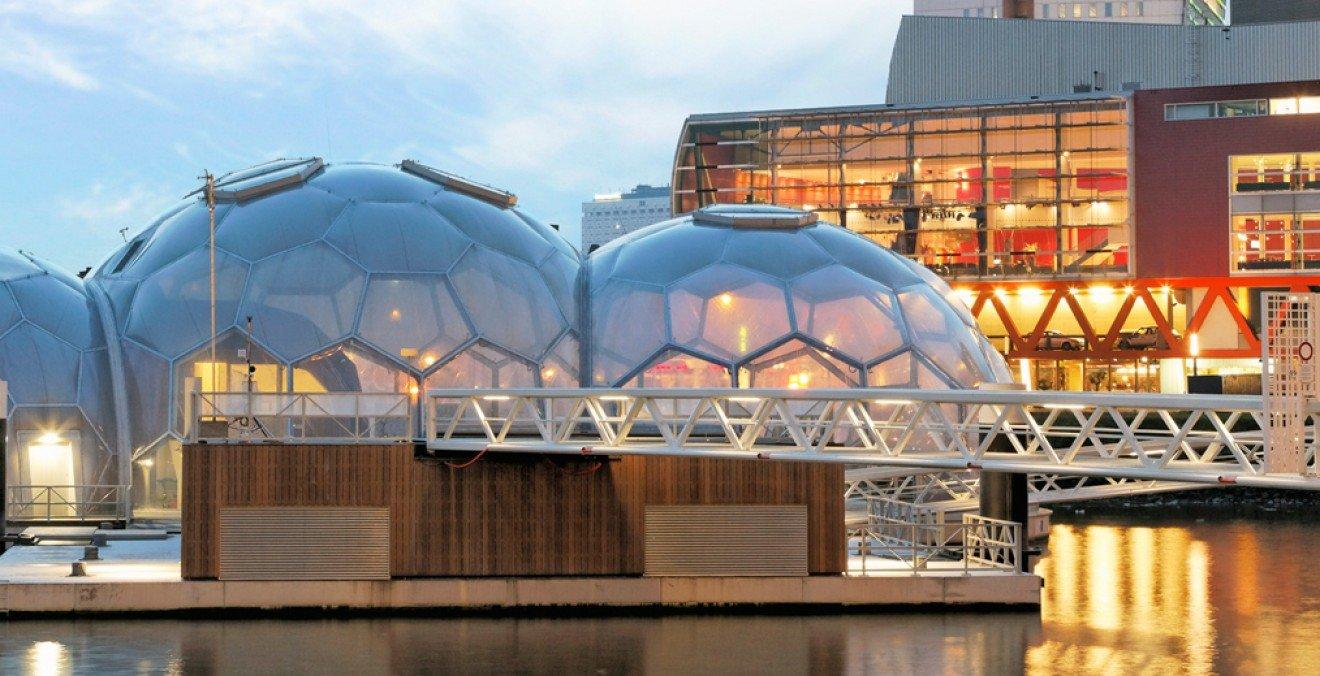 An Land fehlt es an Baufläche? Küstenstädte können sich auch auf dem Meer ausbreiten, wie der Floating Pavillon in Rotterdam zeigt.