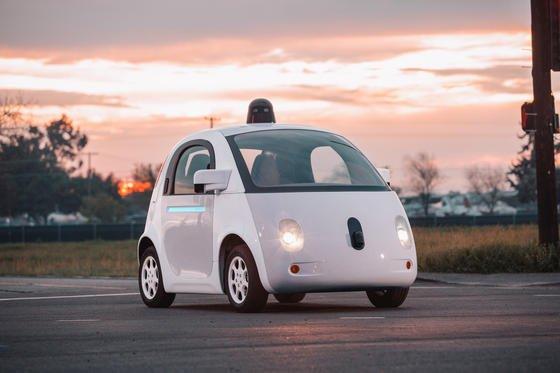 """Das selbstfahrende Google-Auto ist zu perfekt: Es hält sich an jede Geschwindigkeitsbegrenzung und überfährt auch im Notfall keine durchgezogenen Linien. Deshalb soll die Steuerung nun """"menschlicher"""" werden. Das bedeutet: Kleine Regelverstöße sollen erlaubt sein."""