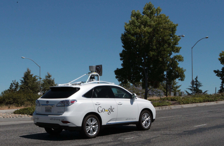 Selbstfahrendes Auto mit Technik von Google in Mountain View in den USA: Manche Google-Autos bremsen aus Sicherheitsgründen so abrupt und früh, das nachfolgende Autofahrer damit nicht rechnen und auffahren.