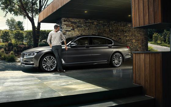 Bei Nacht wird der neue 7er BMW zum echten Kavalier und rollt den Teppich für Fahrer und Beifahrer aus. Der ist nicht rot und samtig, sondern aus Licht.