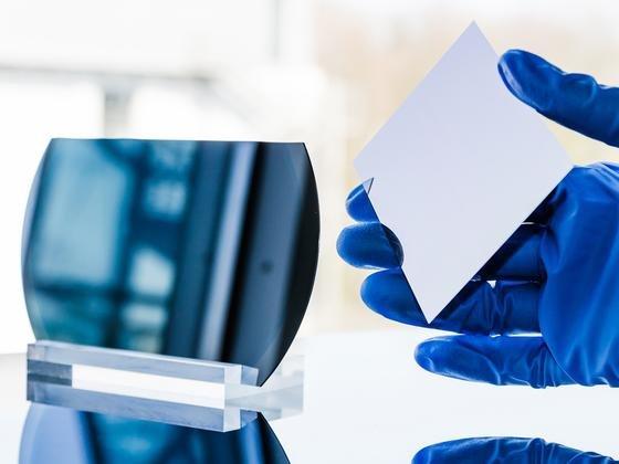 Nach dem neuen Verfahren abgelöster Wafer (r.) und wiederverwendbares Substrat (l.): Mit einer neuen Fertigungstechnik wollen Forscher Wafer aus Silizium praktisch ohne Materialverlust herstellen. Derzeit geht etwa die Hälfte des Siliziums verloren.