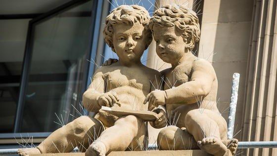 Offenbar seiner Zeit weit voraus war der Schöpfer dieser Figuren auf dem Vordach der Wertpapierbörse in Frankfurt am Main (Hessen). Das Gebäude wurde im Jahr 1879 eingeweiht, lange bevor die Erfindung von Touchscreen und Tablet-Computern kam. Max-Planck-Forscher arbeiten aktuell am Touchless Screen, damit könnten die Geräte ohne direkten Hautkontakt gesteuert werden – das Berühren des Bildschims also bald schon Schnee von gestern sein.