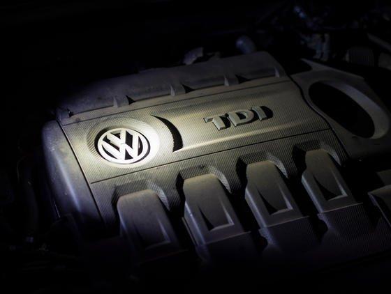 Mehrere VW-Ingenieure sollen zugegeben haben, die Manipulations-Software 2008 in den Dieselmotor EA 189 eingebaut zu haben. Trotzdem liegen immer noch viele Fragen zum VW-Abgasskandal unbeantwortet Im Dunkeln.