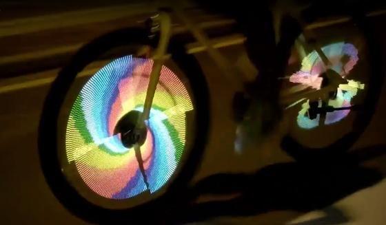 Vier Bügel, befestigt an den Speichen und besetzt mit 376 LED-Leuchten, erzeugen jedes mögliche Motiv. Selbst bewegte Bilder kann die LED-Technik mit dem Namen Balight aus China erzeugen.