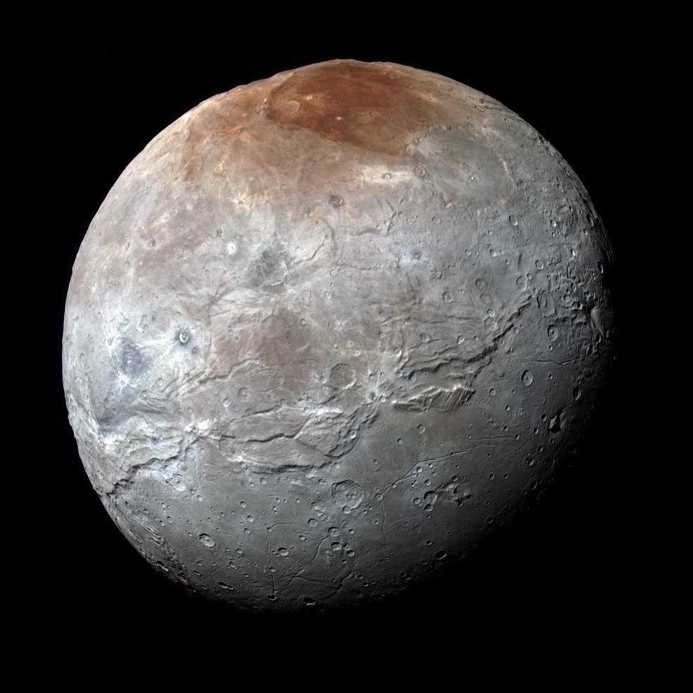 Diese bislang detailreichste Aufnahme des Plutomondes Charon stammt vom 14. Juli 2015. Die Raumsonde befindet sich derzeit fünf Milliarden km von der Erde entfernt.