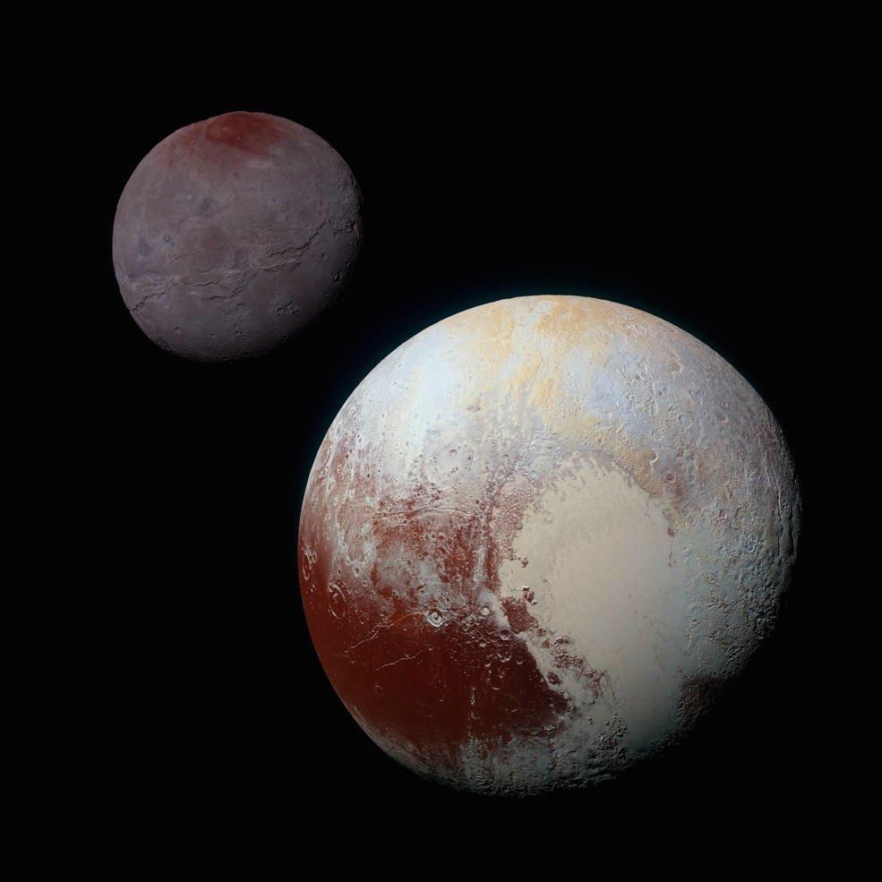 Ein Größenvergleich: Der Zwergplanet Pluto ist kleiner als unser Mond. Oben links ist der Plutomond Charon zu erkennen, der noch einmal deutlich kleiner als Pluto ist.