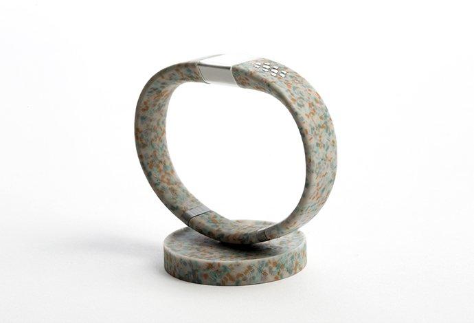 Das smarte Armband WorldBeing ist vollständig aus recycelten Plastikteilen hergestellt.