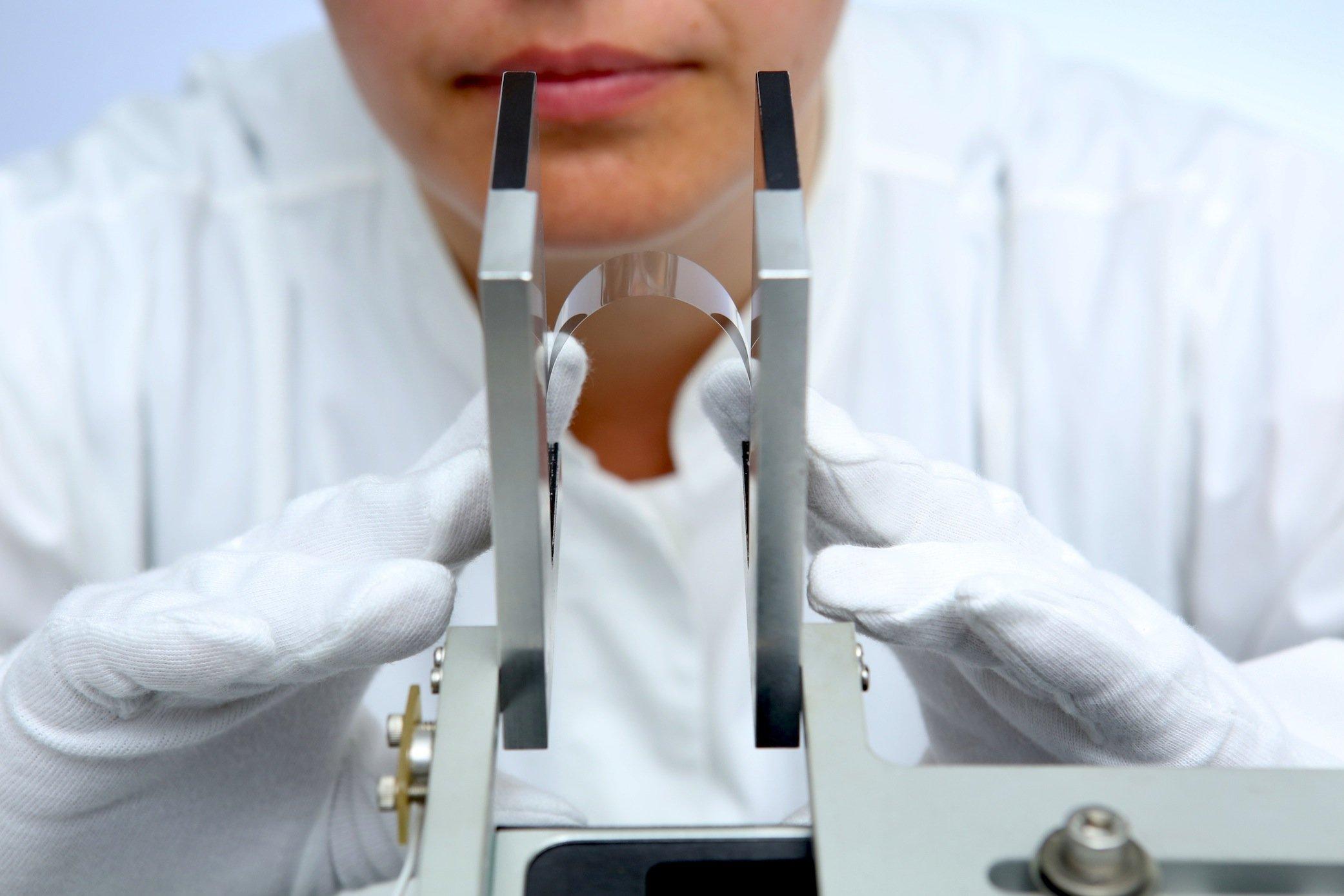 Das ultradünne Glas von Schott ist dünner als ein menschliches Haar und ungewöhnlich flexibel.