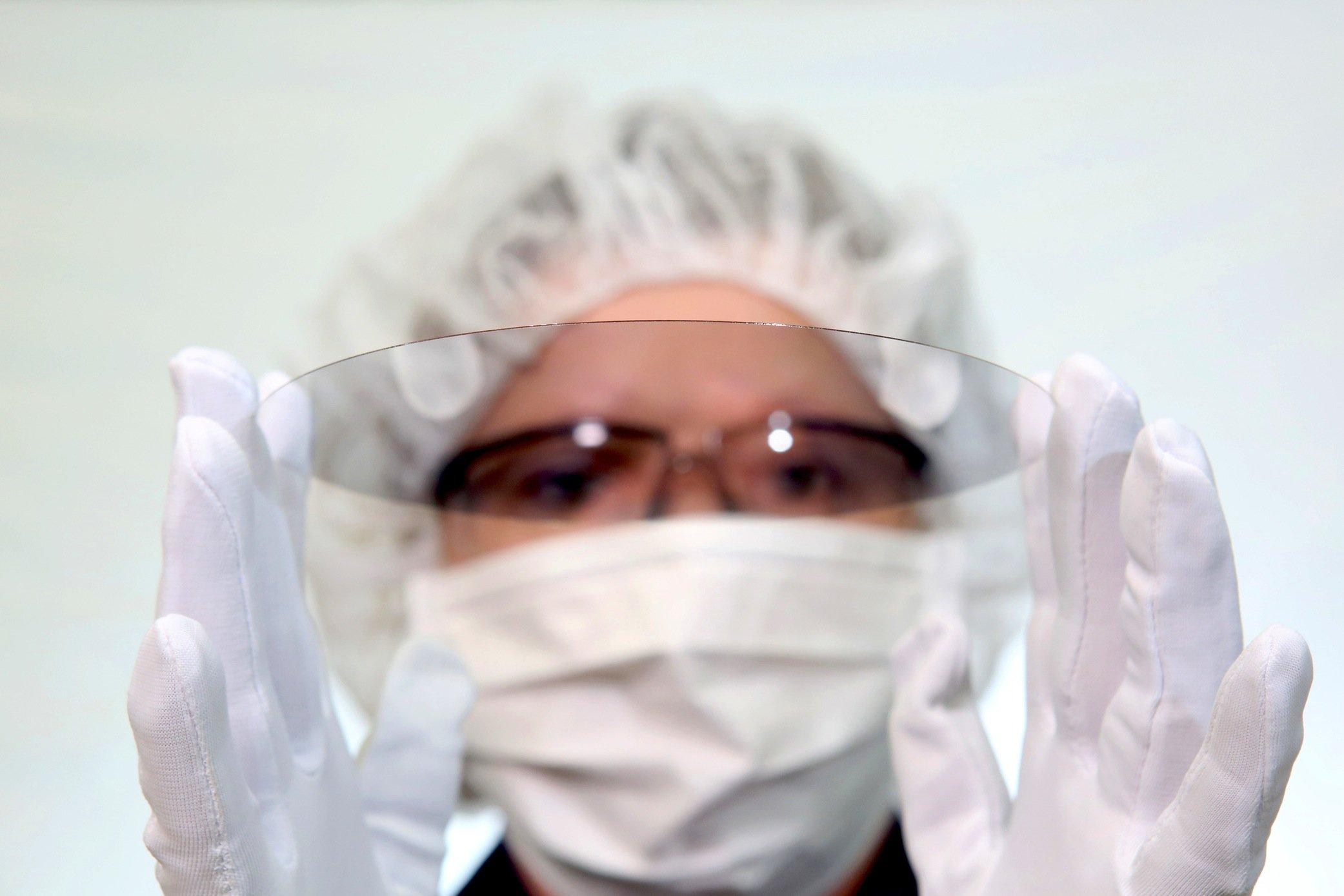 Das ultradünne und biegsame Glas kann auch durch einen Laser durchbohrt werden, um durch die Löcher feinste Verbindungsdrähte zu führen.