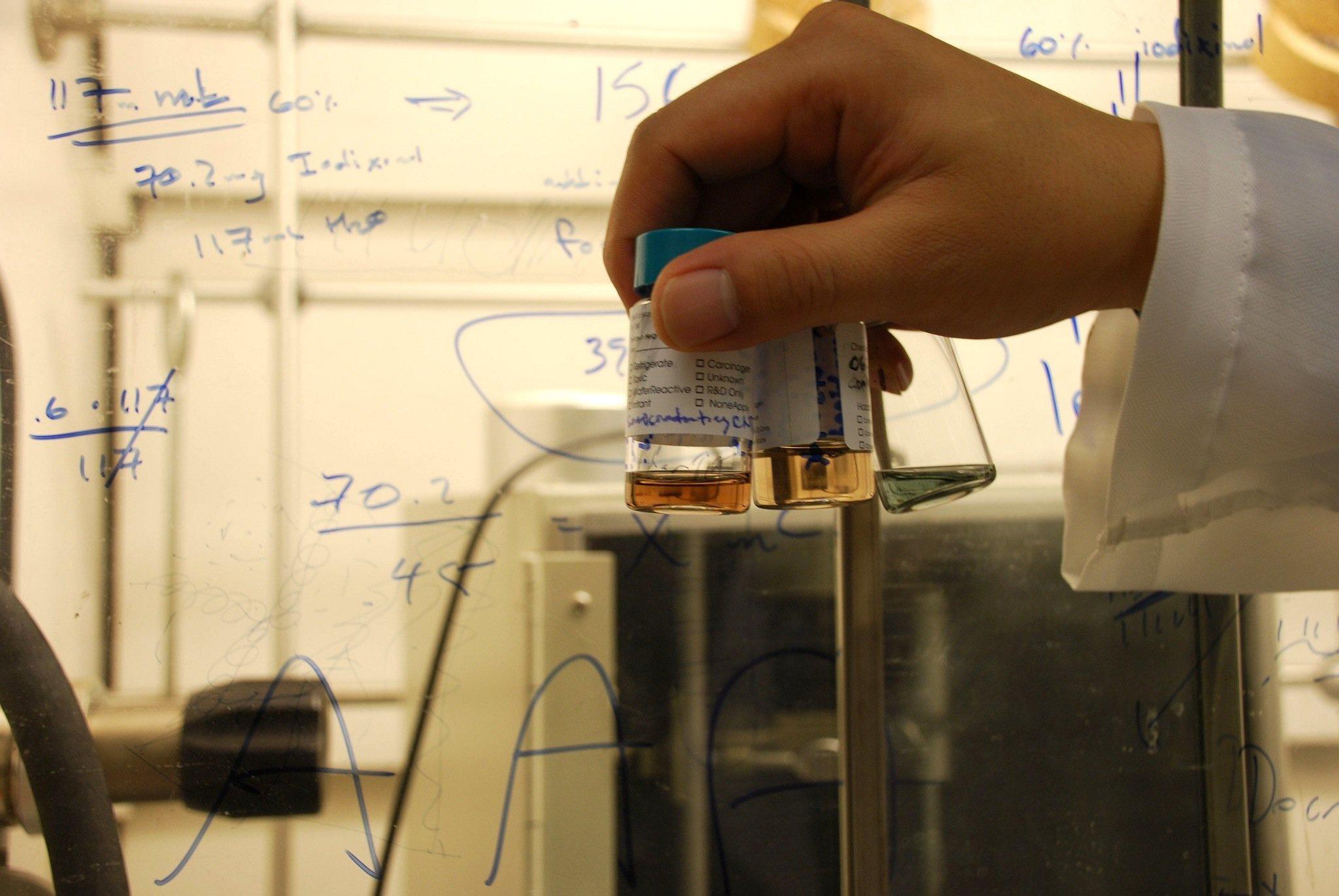 Durch einen chemischen Prozess werden die Kontakte der Nanotubes aus Kohlenstoff auf eine Größe von unter 10 nm geschrumpft.