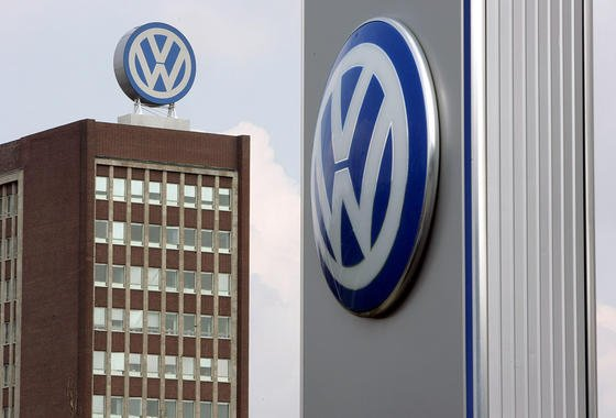 VW-Verwaltungsgebäude in Wolfsburg: Frühestens im Januar 2016 sollen von der Abgas-Mogelei betroffene Fahrzeuge in die Werkstatt.