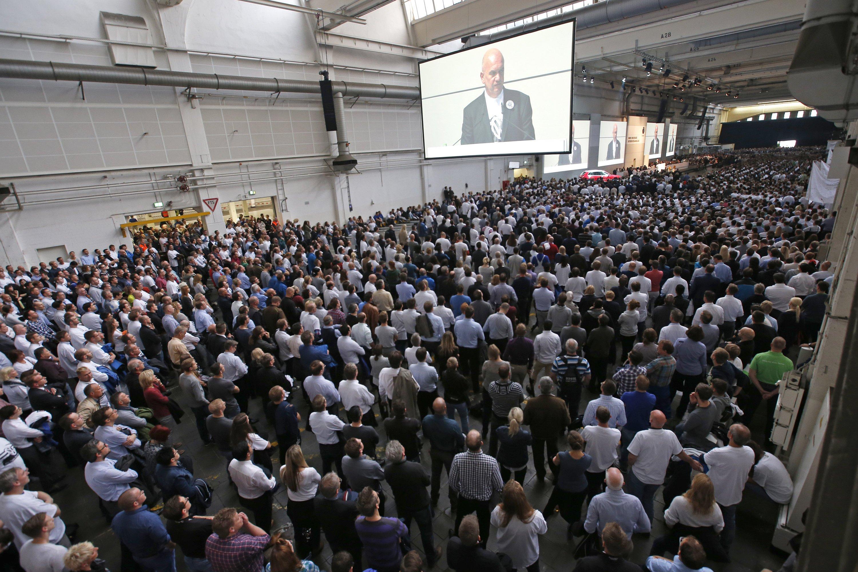 Mehrere tausend Mitarbeiter der Volkswagen AG nahmen am 06.10.2015 in Wolfsburg (Niedersachen) an der Betriebsversammlung der Volkswagen AG teil. Auf der Videoleinwand ist Gesamtbetriebsratschef Bernd Osterloh zu sehen.