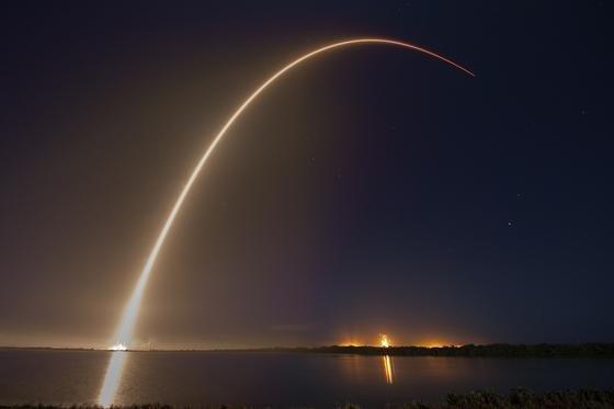 Start einer SpaceX Falcon-9-Rakete am 1. März 2015 mit einem Eutelsat-Satelliten: Ab der zweiten Jahreshälfte 2016 soll ein AMOS-6-Satellit Afrika mit Internet versorgen.