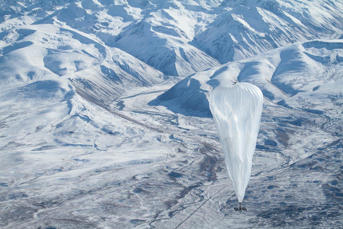 Ein Google-Ballons über den Bergen Neuseelands beim Aufstieg in die Stratosphäre.