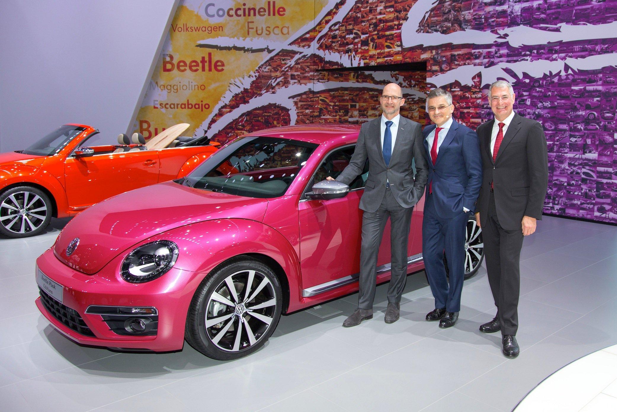 Michael Horn (m.), CEO von Volkswagen, auf der New York Auto Show im Frühjahr diesen Jahres: Er hat eingeräumt, seit 2014 von den Manipulationen zu wissen. Er will im US-Kongress nun förmlich um Entschuldigung bitten.