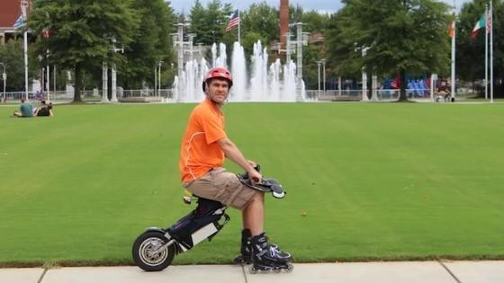 Der Medizintechniker und Inlineskater Thomas Rank aus Franken hat das FlyRad entwickelt. Es hat ein elektrisch angetriebenes Rad, einen Sattel und Lenker. Das Vorderrad wird durch Inlineskates ersetzt.