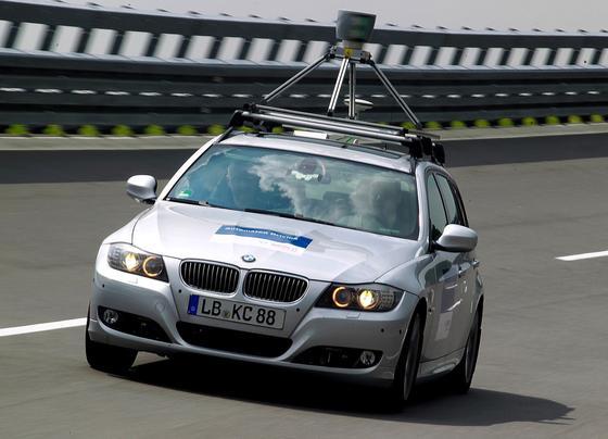 Autonom fahrender BMW mit Bosch-Technik: Bosch-Vorstand Steiger begrüßt den Einstieg von Unternehmen wie Google in den Markt. Das habe die Autoindustrie aufgerüttelt.