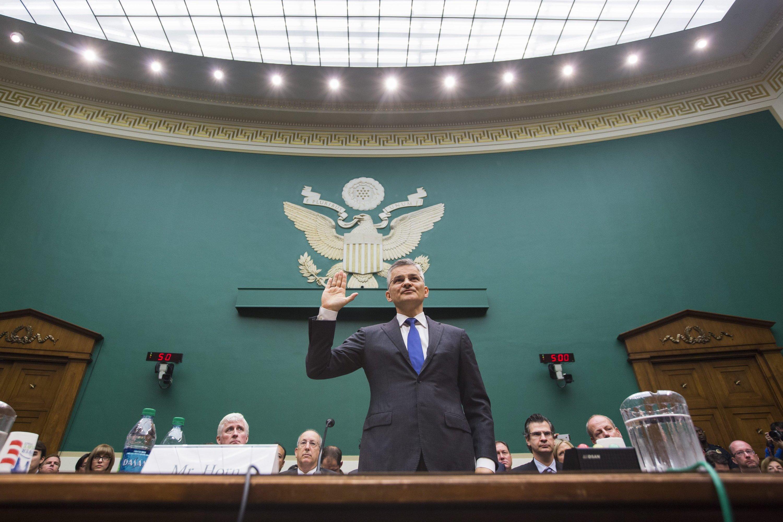VW-Manager Michael Horn schwört vor dem US-Kongress, nur die Wahrheit zu sagen. Vor der Sitzung hieß es in einem Redemanuskript, er wisse seit 2014 von den Abgas-Manipulationen, vor den Abgeordneten behauptete er, erst seit einem Monat davon zu wissen.