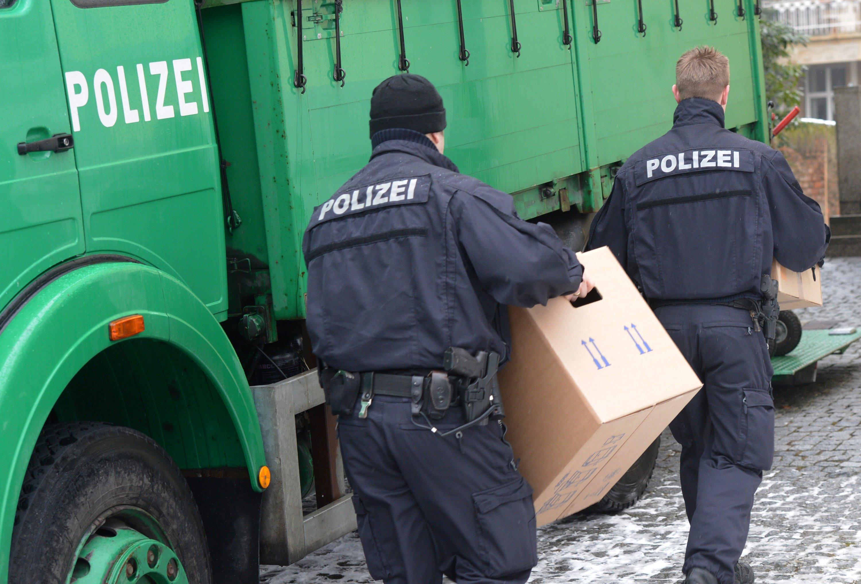 Razzia der Polizei in Frankfurt: Die Staatsanwaltschaft Braunschweig hat mitgeteilt, dass sie die VW-Konzernzentrale in Wolfsburg, andere VW-Standorte und Privatwohnungen durchsucht hat. Dabei wurde erhebliche Mengen an Datenmaterial und Akten beschlagnahmt.