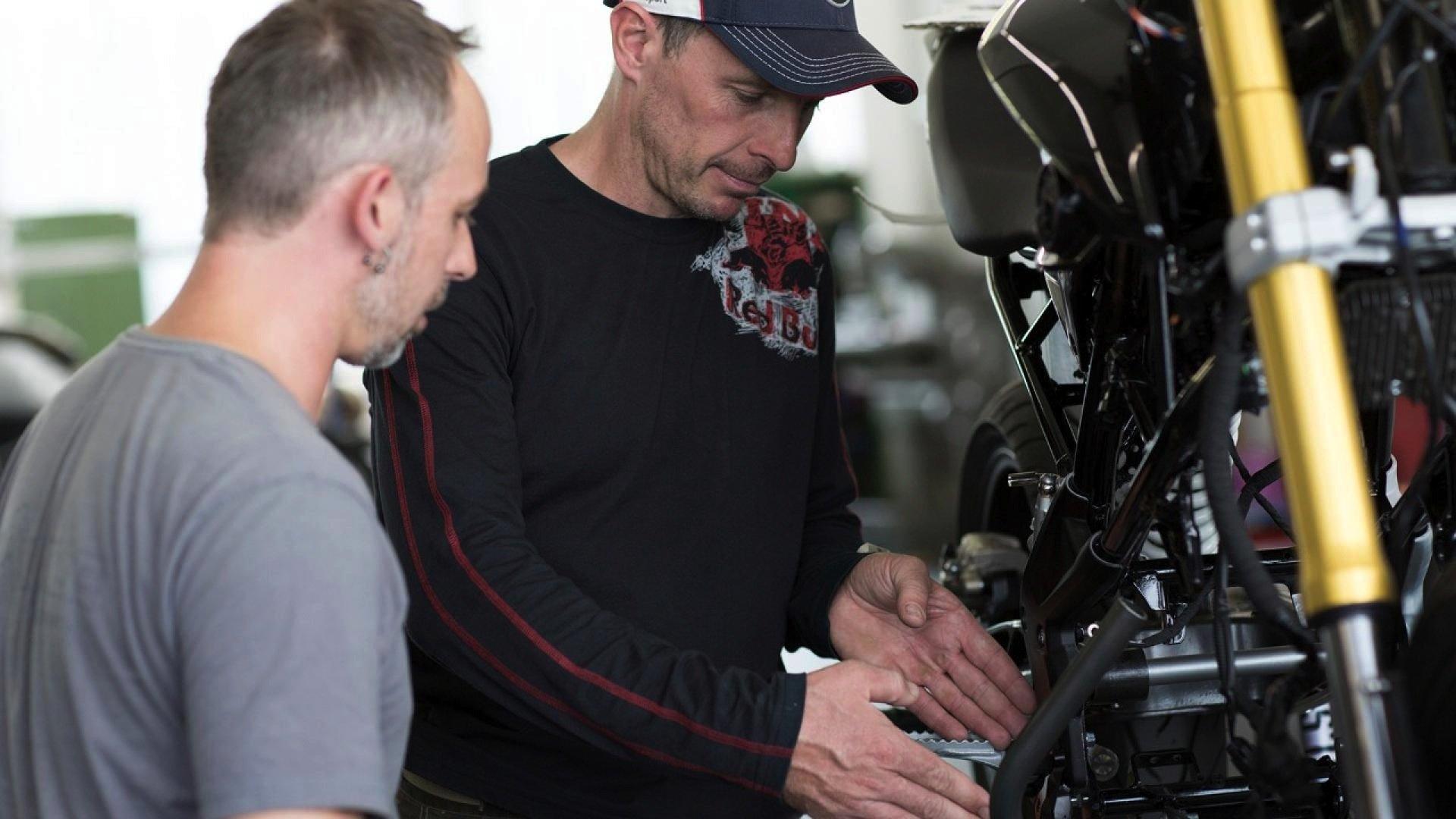 Stunt-Weltmeister Chris Pfeiffer bei der Arbeit am neuen Motorrad.