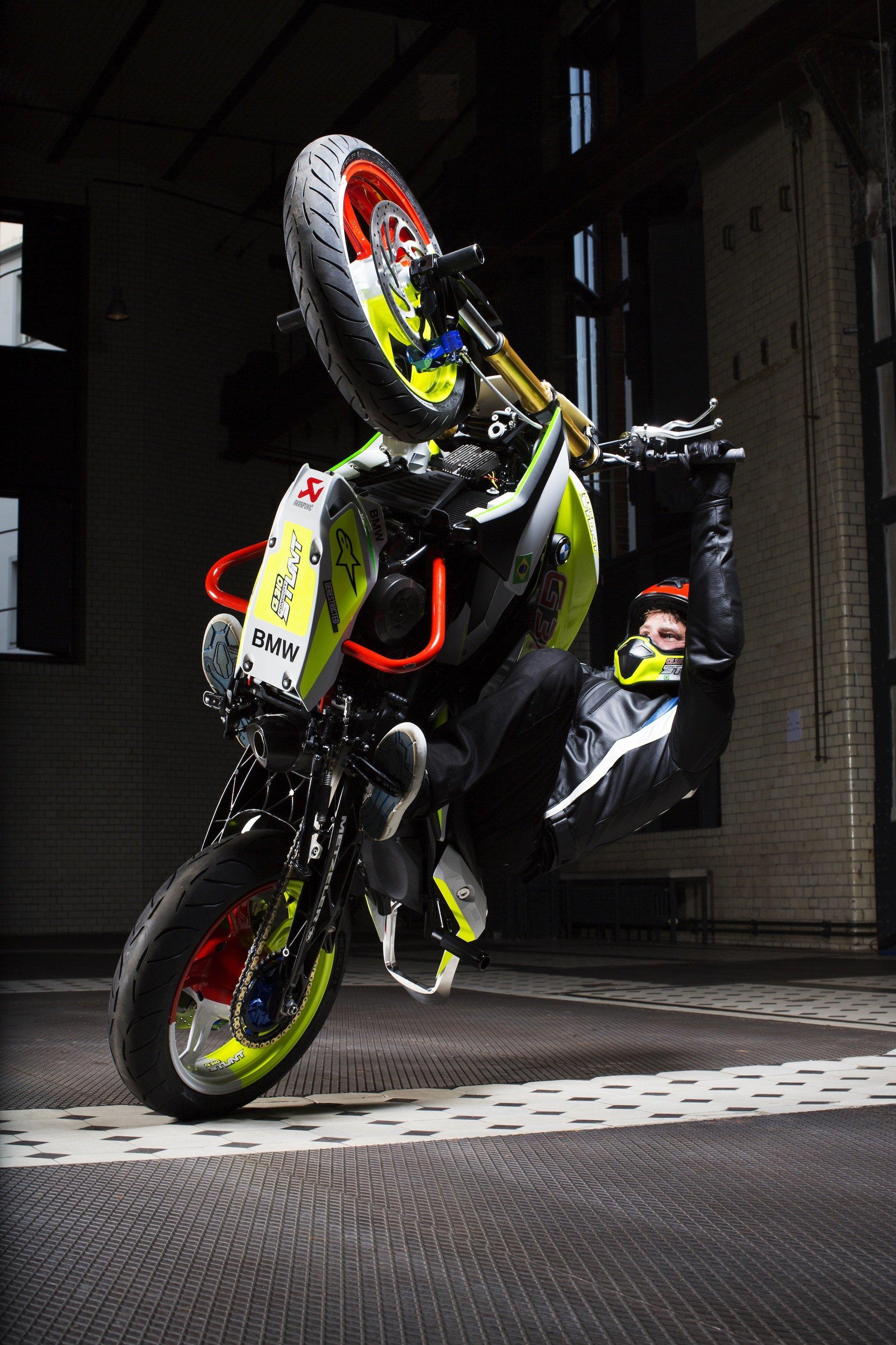 DieBMW Concept Stunt G 310 ist unheimlich wendig: Handstand, Kopfstand oder ein Wheelie wie im Foto sind mit dem Stuntbike von BMW kein Problem.