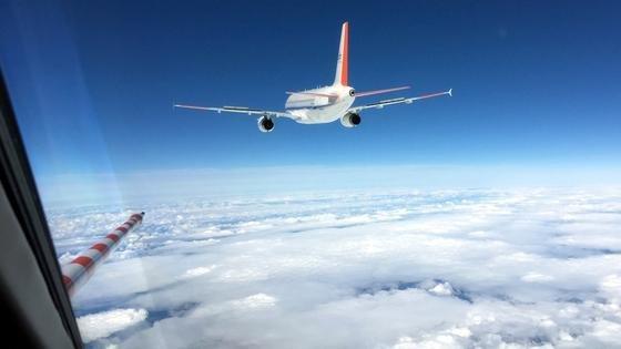 Blick aus der Falcon: Das Forschungsflugzeug verfolgt den zweistrahligen Airbus A320 Atra, der abwechselnd mit verschiedenen Treibstoffen fliegt.