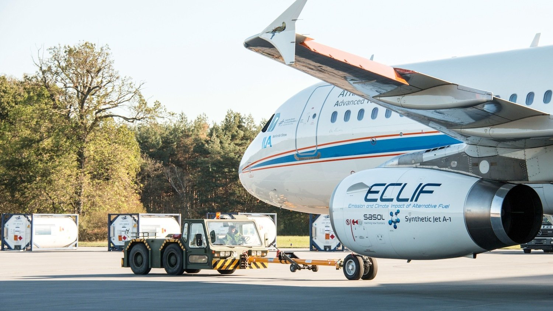A320 Atra kurz vor dem Start auf dem Flughafen in Manching: Die Maschine fliegt mit den weltweit tausendfach eingesetzten Triebwerken der Baureihe V2500.