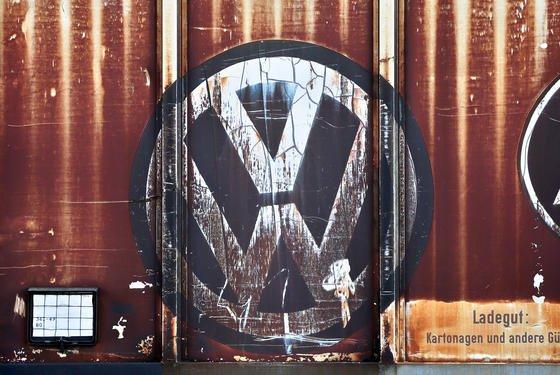 Ein verblichenes VW-Logo an einem Güterwagon vor dem VW-Werk Mosel in Zwickau in Sachsen: Der Ökonom Mayer sieht die Gefahr, dass VW an der Krise sogar zerbrechen wird.