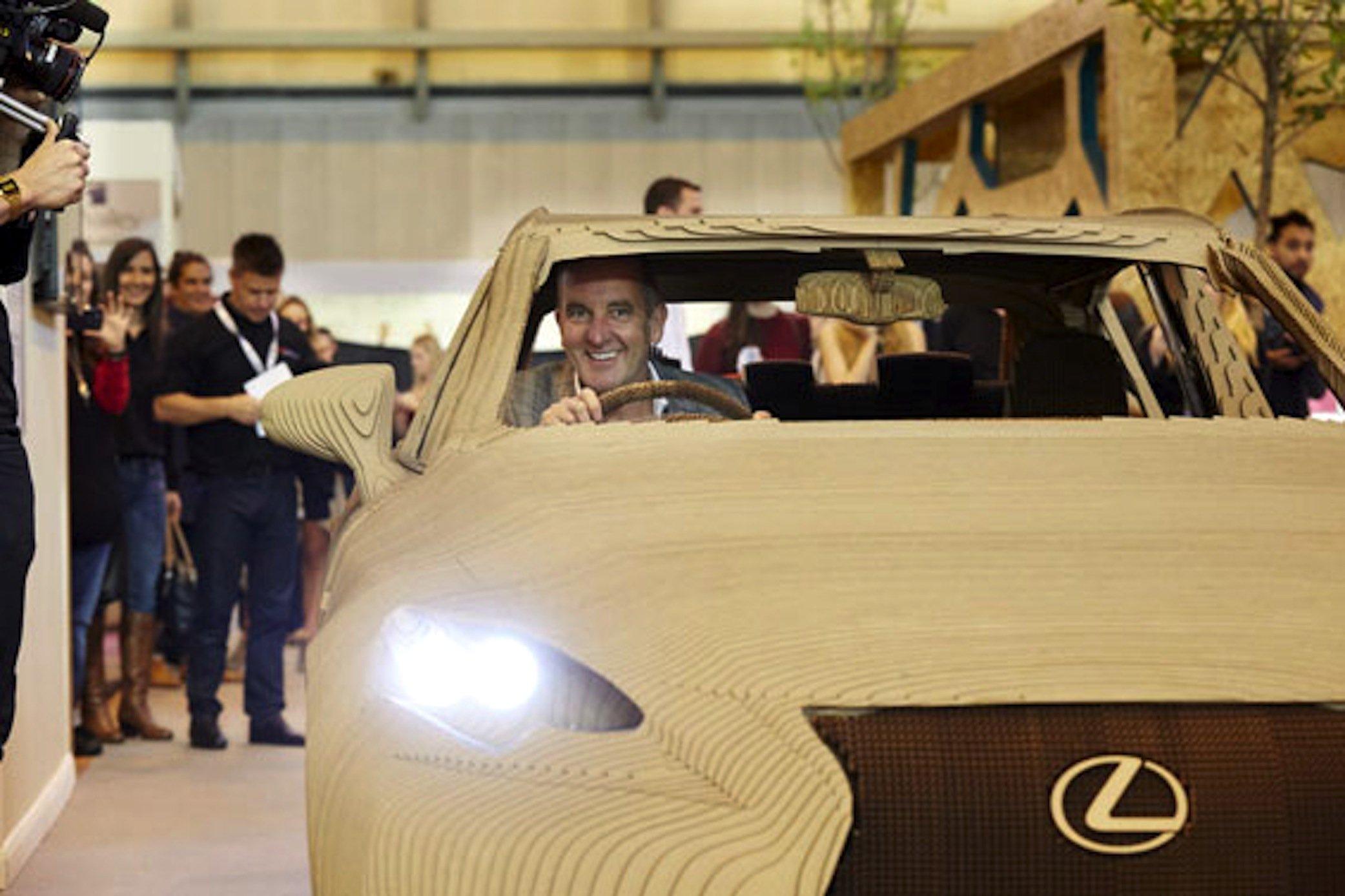 Der britische Designer Kevin McCloud fuhr am Wochenende auf einer Designmesse in Birmingham ein Stück mit dem Lexus IS aus Pappe.