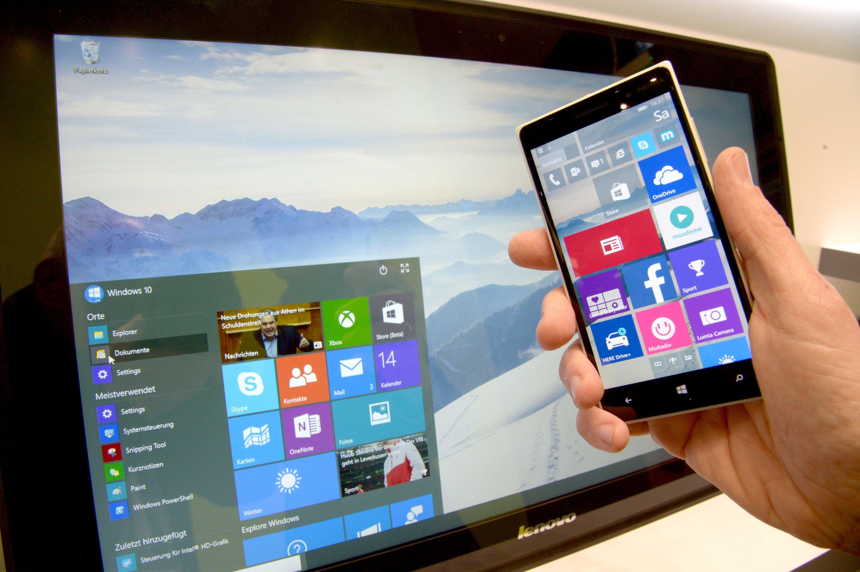 Computer und Smartphone mit Windows 10: Die Nutzer älterer Windows-Programme bekommen Windows 10 gratis. Manche Experten halten das für einen Grund, warum derzeit die Neuverkäufe von Computern zurück gehen.