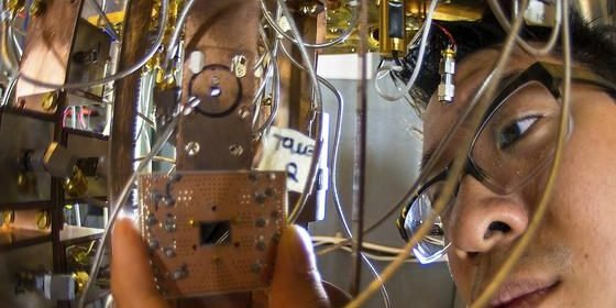 IBM-Ingenieur Jerry Chow bei der Arbeit an einem Quanten-Computer: Die Datenflut der Zukunft werden nur nochMaschinen mit tiefen neuralen Netzen bewältigen können.