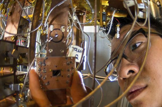 IBM-Ingenieur Jerry Chow bei der Arbeit an einem Quanten-Computer: Die Datenflut der Zukunft werden nur nochMaschinen mit tiefen neuralen Netzen bewältigen können. Das MarktforschungsinstitutGartner hat gerade die Top-10 der wichtigsten strategischen Technologie-Trends benannt.
