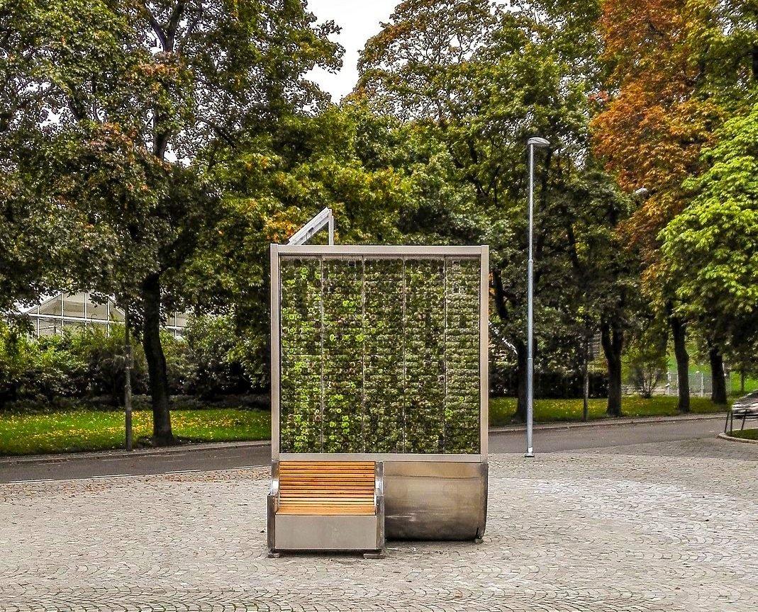Die CityTree genannten Grünflächen versorgen sich selbst mit Wasser und Dünger. Zwei montierte Bänke sorgen für die notwendige Standfestigkeit.