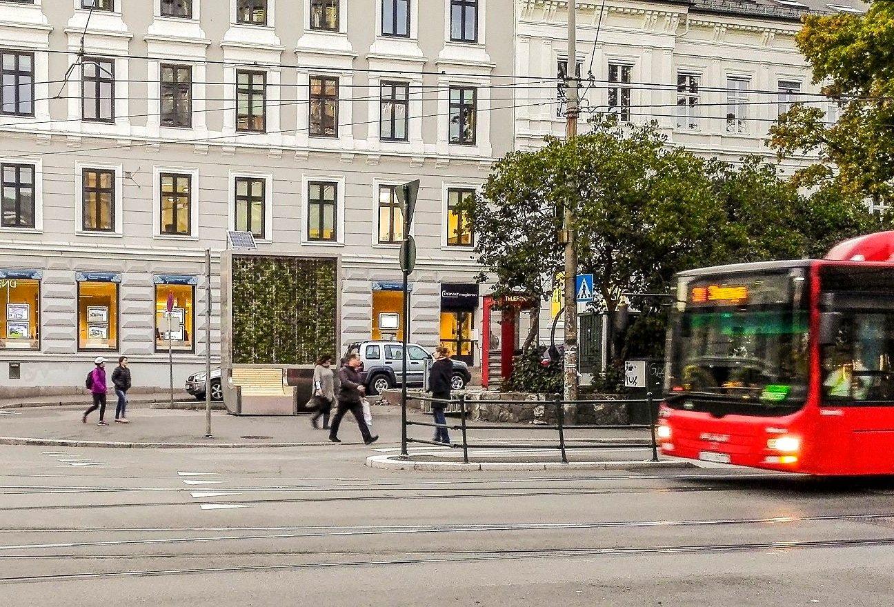 Die CityTrees können nicht nur als grüne Möblierung der Städte fungieren, sondern auch direkt in Bushaltestellen integriert werden. Auch als WLAN-Hotspot können sie genutzt werden.