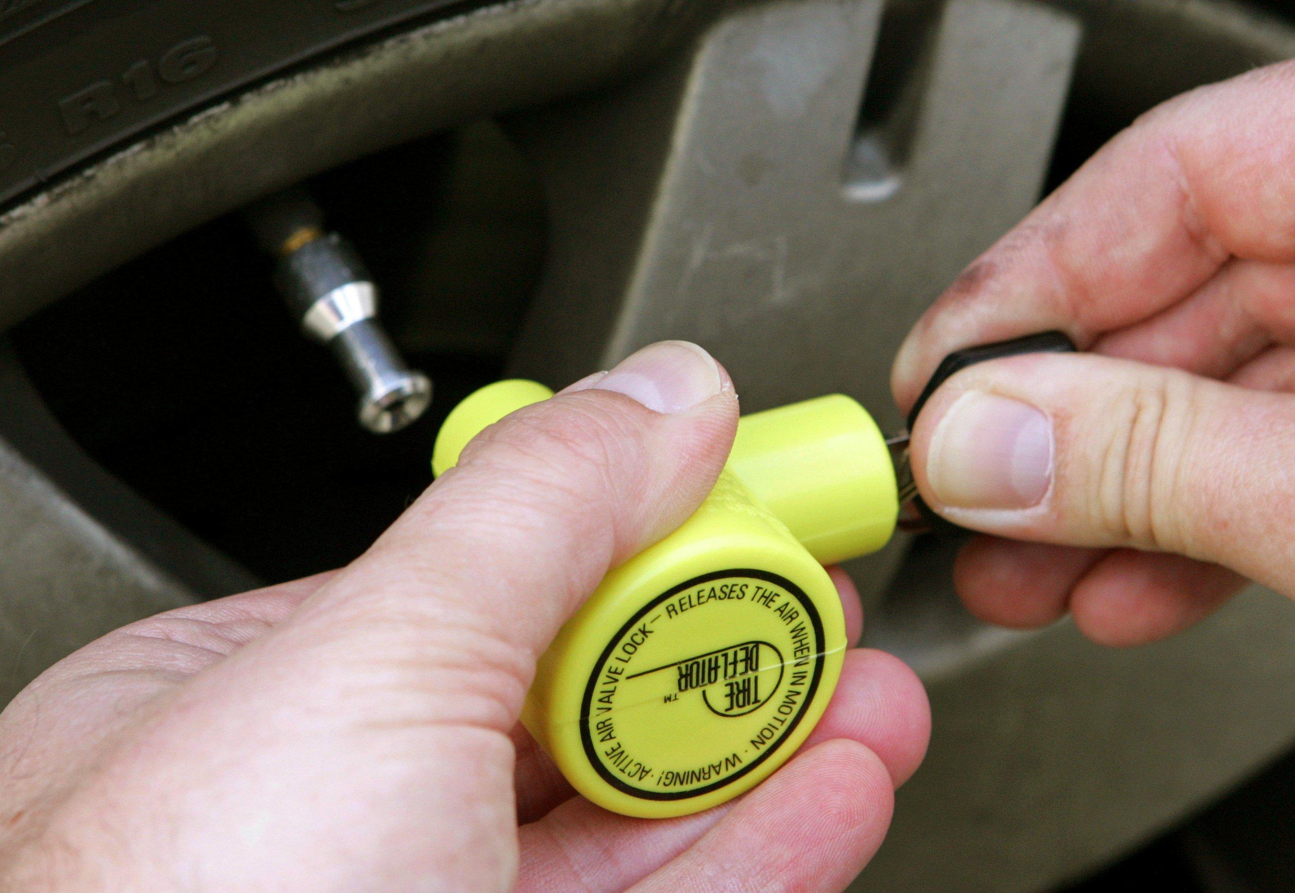 Montage eines Ventilwächters: Nach 600 m Fahrtstrecke hat das Gerät die Luft aus dem Reifen abgelassen. Es lässt sich auch als Schutz gegen Autodiebe verwenden.