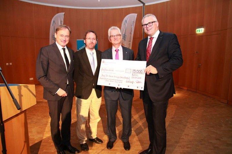 Gestern wurde der Innovationspreis 2015 der Hochschule Bonn-Rhein-Sieg an Forscher Gerd Knupp überreicht:Hochschulpräsident Hartmut Ihne, Reiner Clement, Gerd Knupp und Udo Buschmann (v.l.)