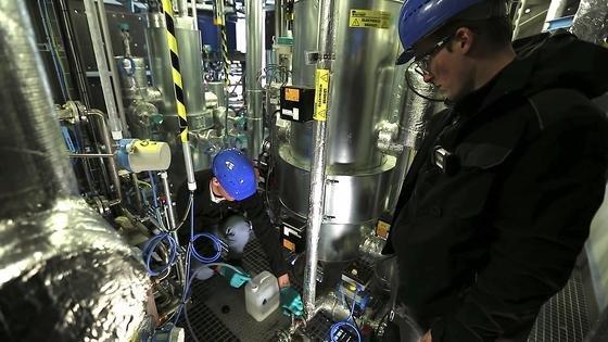 Pilotanlage des Dresdner Unternehmens Sunfire: Hier wird Treibstoff abgezapft, der aus Kohlendioxid hergestellt wird, der aus der Luft gefiltert wird.