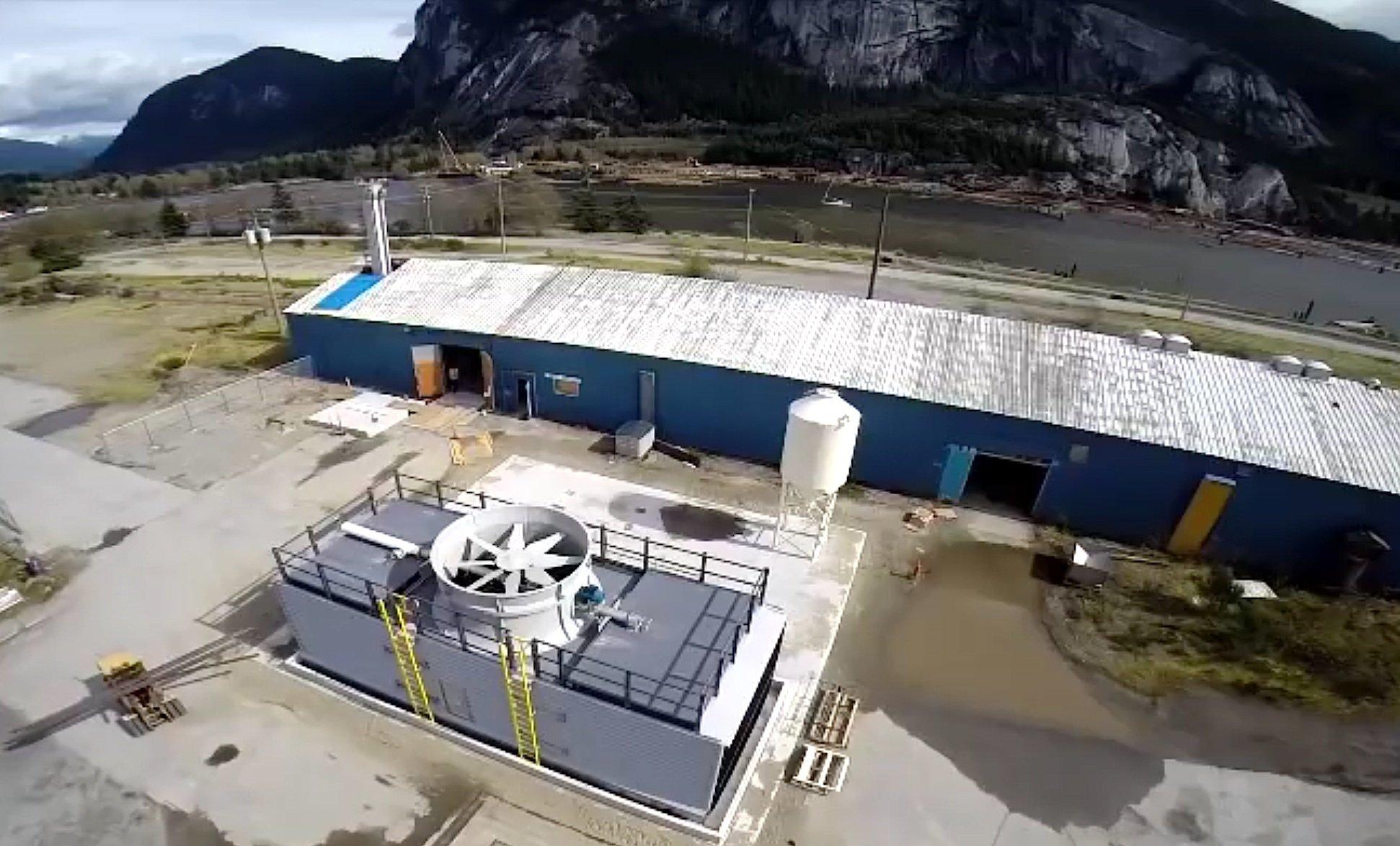 Eine Pilotanlage in Kanada zur Herstellung von Treibstoffen aus CO2, das aus der Luft gewonnen wird, hat vor wenigen Tagen das Unternehmen Carbon Engineering in Betrieb genommen. Investor des Unternehmens ist auch Microsoft-Gründer Bill Gates. Deutlich zu sehen ist das große Gebläse, das Luft in die Anlage zieht.