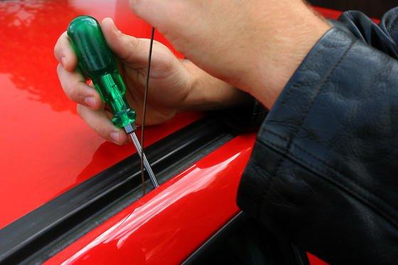 Aufhebeln einer Autotür: 2014 wurden in Deutschland knapp 18.000 Autos gestohlen. Besonders teure Autos und SUV sind unter Autoklauern sehr beliebt.