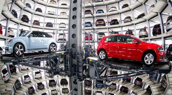 Ein New Beetle Cabrio (l) und ein Golf VII in der Autostadt von VW in Wolfsburg: 2,4 Millionen Fahrzeuge der Marken VW, Audi, Skoda und Seat muss der VW-Konzern offiziell in die Werkstätten zurückrufen. Das hat jetzt das Kraftfahrt-Bundesamt angeordnet.