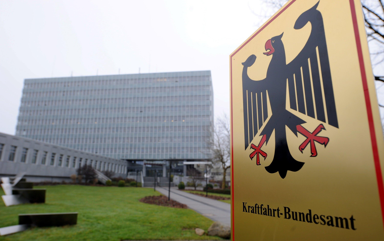 Das Kraftfahrt-Bundesamt in Flensburg ist mit einer freiwilligen Service-Aktion von VW zur Lösung des Diesel-Skandals nicht einverstanden. Die Behörde hat angeordnet, dass die betroffenen Autos offiziell zurückgerufen werden müssen.