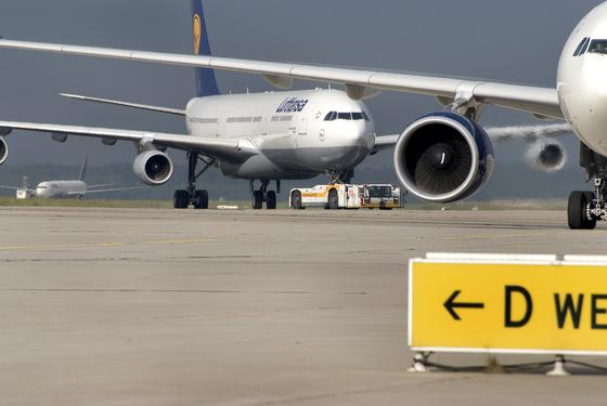 Lufthansa-Maschinen auf dem Frankfurter Flughafen: Wenn ein Airbus A380 nicht selbst zur Startbahn fährt, sondern vom neuartigen Schlepper TaxiBot gezogen wird, spart das 1 t Kerosin. Pro Fahrt.