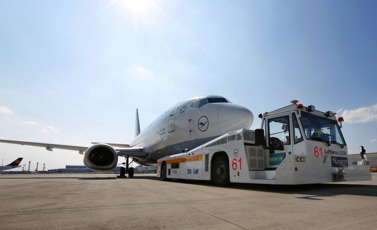 Wenn der elektrisch angetriebene Schlepper TaxiBot einen Airbus A380 zur Rollbahn zieht, spart er bis zu einer Tonne Kerosin.