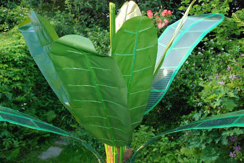 Solarpalme des Schweizer Designbüros: Auf den Blättern sitzen Farbstoff-Solarzellen. Bei Dunkelheit leuchten Leuchtdioden, die auf der Blattunterseite in ein Gewebe integriert sind.