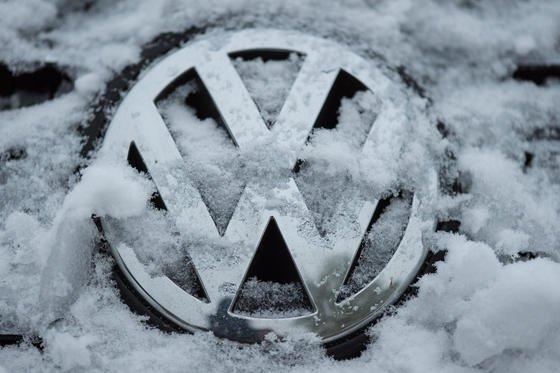 Eisige Zeiten für VW: Der Konzern muss in der EU 8,5 Millionen Fahrzeuge in die Werkstatt schicken, um die Manipulation rückgängig zu machen.