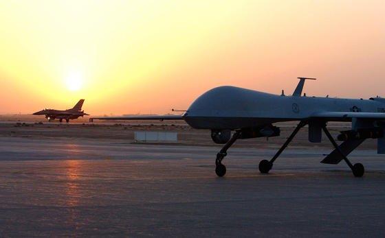 Das unbemannte Luftfahrzeug MQ-1 Predator (vorne im Bild) nach der Rückkehr von einem Einsatz im Irak.