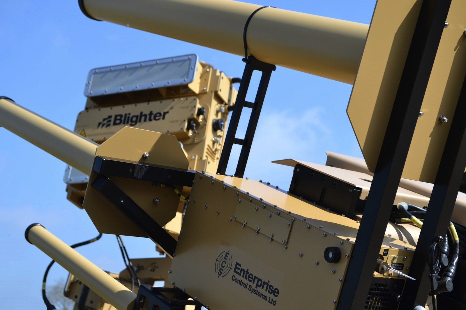 Das britische Drohnenabwehrsystem AUDS entdeckt Drohnen und macht sie mit Radiowellen unschädlich.