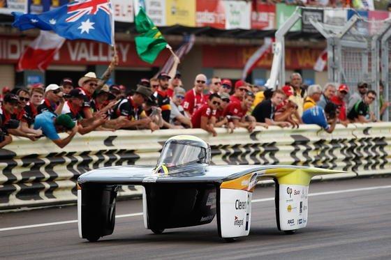 Zum 15. Mal läuft seit gestern in Australien die World Solar Challenge. Das Rennen gilt als das weltweit härteste für Solarfahrzeuge. Angetreten sind 42 Teams aus 25 Ländern. Sie müssen mehr als 3000 Kilometer durch Australiens Outback zurücklegen.