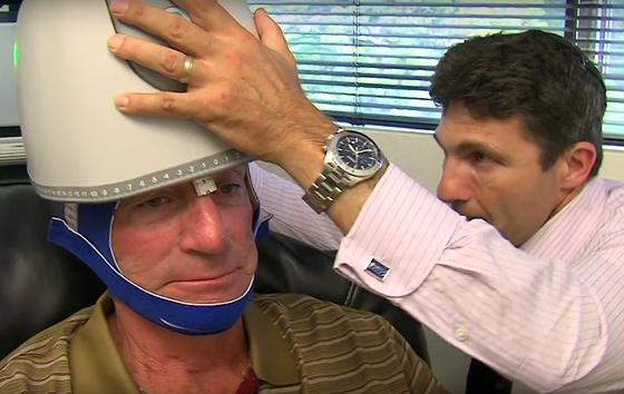 Der US-Patient Jay Martin lässt sich in einer Klinik in San Diego mit Magnetfeldern und leichten Stromstößen gegen Depression behandeln. Jetzt hat die US-Marine Geräte erworben, um ihre Soldaten nach Kampfeinsätzen zu behandeln.