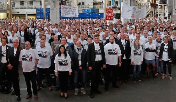 Betriebsversammlung am 6. Oktober 2015 im VW-Werk in Wolfsburg: Jetzt bangen die 7000 Leiharbeiter bei VW um ihre Arbeit. Der Vorstand prüfe derzeit einen Abbau der Leiharbeit, sagte ein Betriebsrat am Wochenende.